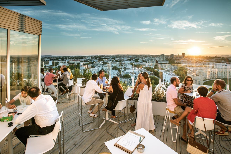 Rooftop coucher de soleil Restaurant bar l'arbre, dans le bâtiment l'Arbre Blanc à Montpellier Antigone. Photo aérienne de l'architecture par drone. Olivier Octobre photographe publicité communication