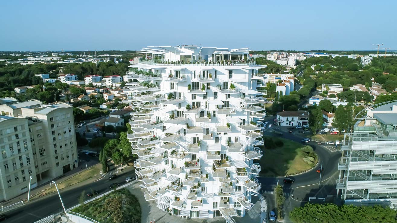 Restaurant bar l'arbre, dans le bâtiment l'Arbre Blanc à Montpellier Antigone. Photo aérienne de l'architecture par drone. Olivier Octobre photographe publicité communication