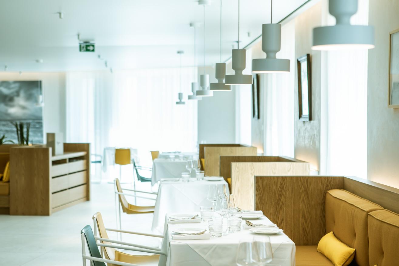 Salle Restaurant bar l'arbre, dans le bâtiment l'Arbre Blanc à Montpellier Antigone. Photo aérienne de l'architecture par drone. Olivier Octobre photographe publicité communication